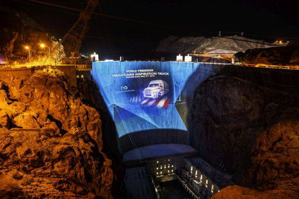 Inspiration's arrival atop the Hoover Dam was designed to capture the attention and imagination of the general public (credit: DTNA LLC).
