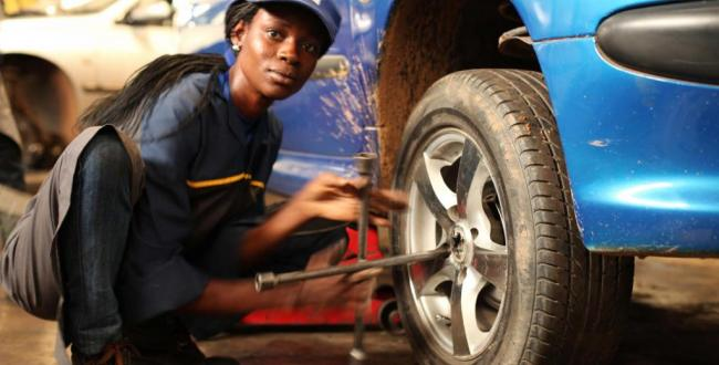 Girls auto mechanics can be seen all over the world.
